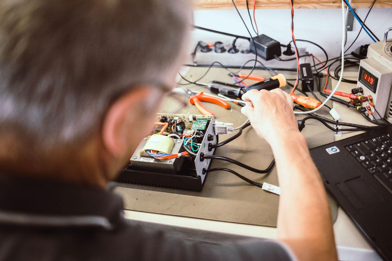 AdPos Techniker analysiert eine USV